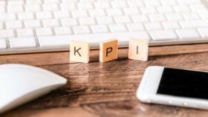 KPIと書かれた小さなプレート